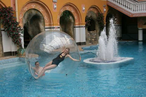 FOTKA - BABYLONSKÝ AQUAPARK nabízí chůzi po vodě