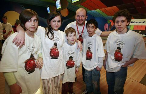 FOTKA - Nadace Nova se zúčastnila tradičního charitativního bowlingového turnaje