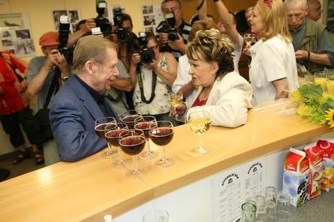 FOTKA - Na výstavu o Bohdalové přišel do Divadla Na Jezerce i bývalý prezident