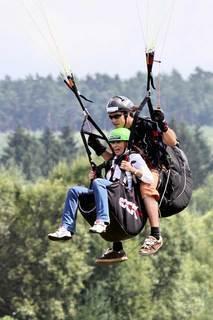 FOTKA - Krásky na paraglidu a v objetí Bílých Tygrů