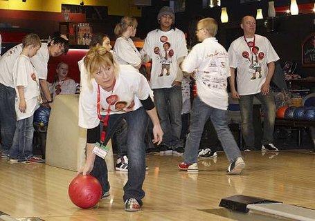 FOTKA - Tváře Novy si s dětmi zahrály bowling