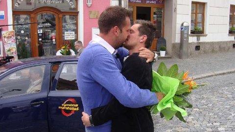 FOTKA - Výměna manželek 6.9. 2013 - gay v rodině vojáka