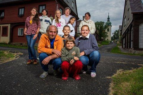FOTKA - Hlavní hrdinové seriálu Domeček z karet od České televize