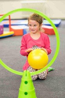 FOTKA - Co by měl zvládnout předškolák: kotoul vpřed, hod míčem, skok po jedné noze