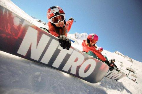 FOTKA - Chce vaše dítě vyměnit lyže za prkno? Poradíme, jak na to!