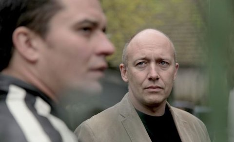 FOTKA - Film Záblesky chladné neděle aneb nikdo není, kým se zdá být