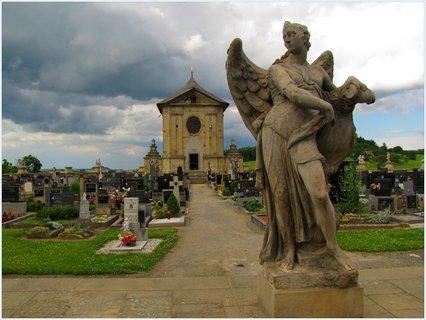 FOTKA - Barokní hřbitov ve Střílkách před bouřkou