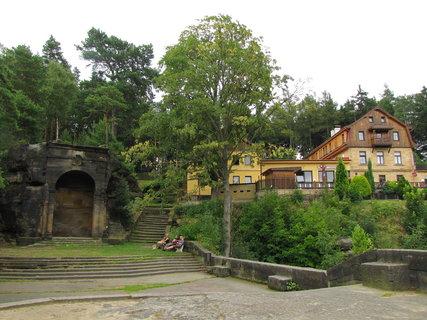FOTKA - Záběr se skalní kaplí a restaurací