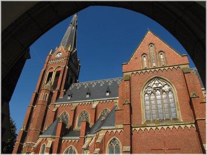 FOTKA - Pohled na kostel pod obloukem