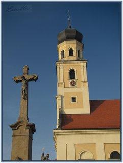 FOTKA - Záběr s křížkem a věží kostela