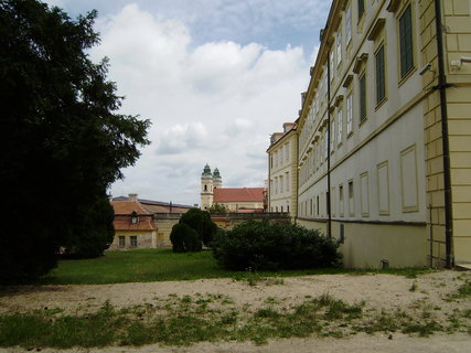 FOTKA - pohled na kostel ze zámecké zahrady