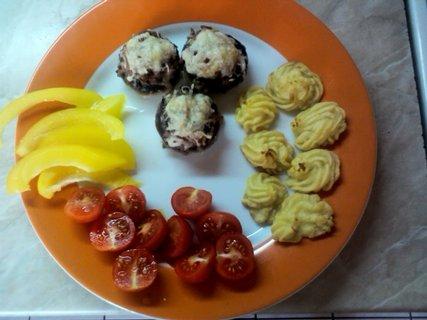 FOTKA - plněné žampionky,bramborové pusinky a zeleninka
