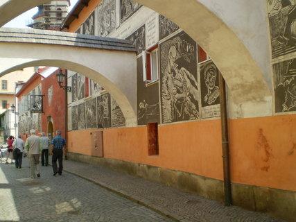 FOTKA - Litomyšl vyzdobené zdi uličky