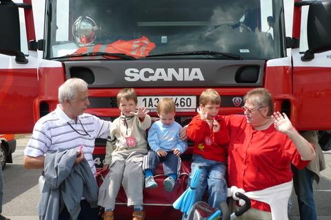 FOTKA - babi, děda, karolínka, klárka a kuba a hasičské auto