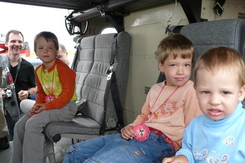 FOTKA - klárka, karolínka a kuba ve vrtulníku