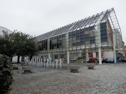 FOTKA - kolonáda na Mírovém nám. v Teplicích,  založená na kontrastu skla a robustních ocelových sloupů