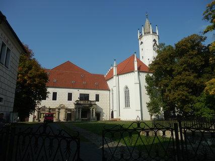 FOTKA - vnitřní dvůr budov zámku v Teplicích a kostela