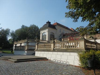 FOTKA - u zámku v Teplicích - barokní schodiště Ptačí schody - dnes prosklená stavba se šindelovou kupolí bývala původně ptačí voliérou