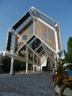 FOTKA - moderní architektura - kolonáda na Mírovém nám. v Teplicích ze skla a robustních ocelových sloupů