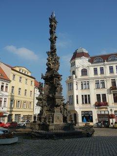 FOTKA - Zámecké náměstí v Teplicích - celkový pohled na morový sloup Nejsvětější Trojice - dílo českého barokního sochaře M. B. Brauna