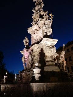 FOTKA - noční osvětlení -  morový sloup Nejsvětější Trojice - Zámecké náměstí v Teplicích