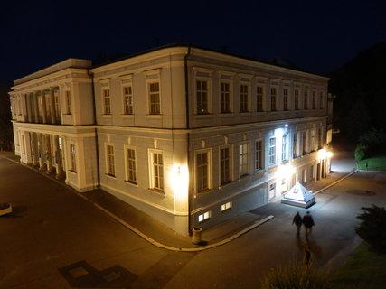 FOTKA - noční Teplice v Čechách, budova Pravřídla