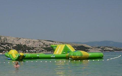 FOTKA - skákací hrad na vodě