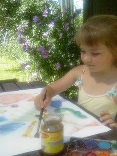 FOTKA - Barborka na záhrade maľuje