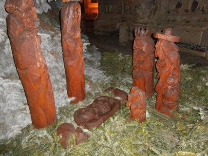 FOTKA - Pardubice - dřevěný betlem pod stromečkem  na Perštýnském náměstí