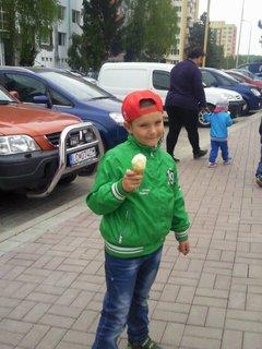 FOTKA - Filipek si koupil zmrzku