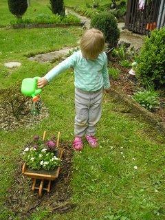 FOTKA - pomáhám babičce zalejvat kytky
