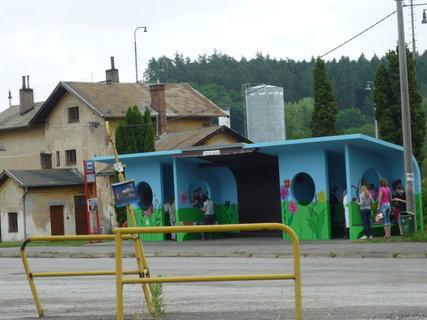 FOTKA - děti malovaly busovou čekárnu