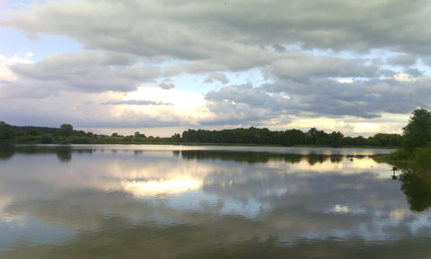 FOTKA - obloha se odráží na hladině