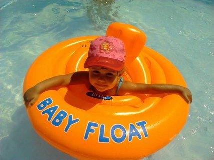 FOTKA - Týnka v bazenu