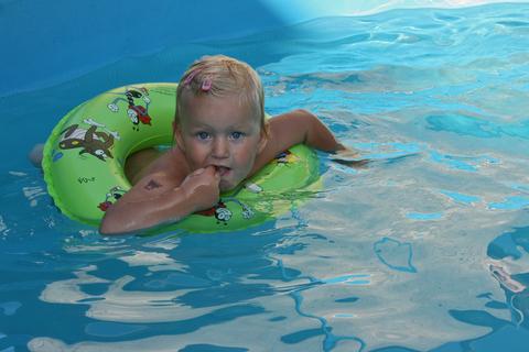 FOTKA - Ella v bazenu