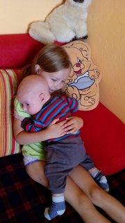 FOTKA - sourozenecké objetí