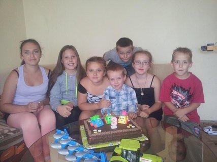 FOTKA - deti na oslave s tortou