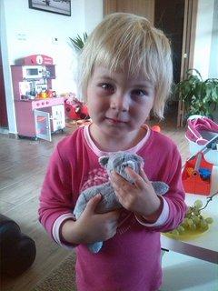 FOTKA - malá Sofia s hračkou