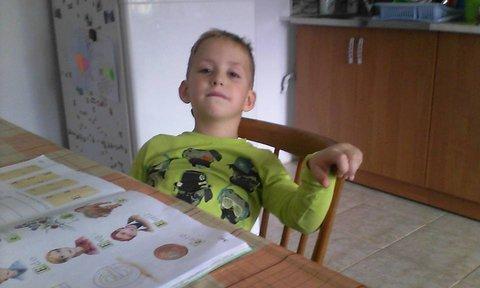 FOTKA - Samko sa nudí pri čítaní