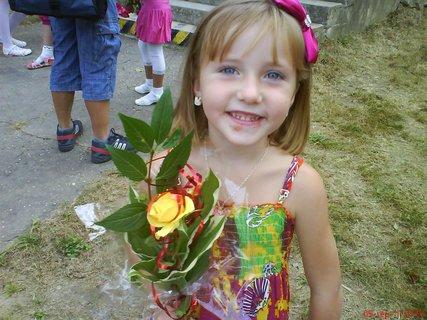 FOTKA - letná-Lívia s ružičkou