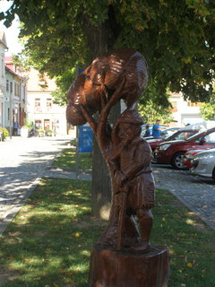 FOTKA - Pod stromem - vyřezávané sochy