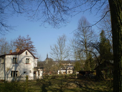 FOTKA - Kostelík ukrytý za stromy