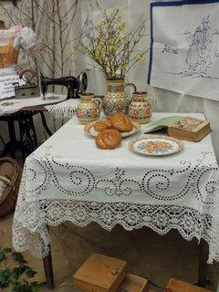 FOTKA - Džbány, pečivo a vyšívaný ubrus s paličkovaným lemem