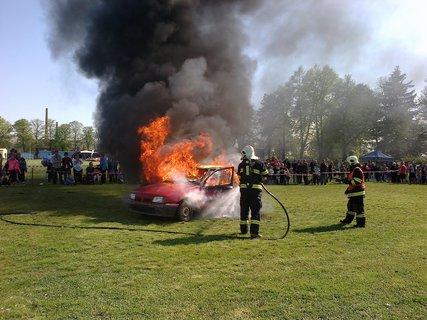 FOTKA - Hašení hořícího auta