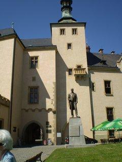 FOTKA - Socha před Vlašdkým dvorem