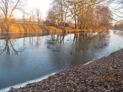 FOTKA - Na řece se tvoří ledová tříšť