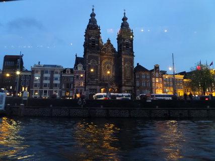 FOTKA - Světla se odráží na vodní hladině