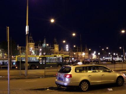 FOTKA - Město je zahalené tmou, čekáme autobus,  vracíme se