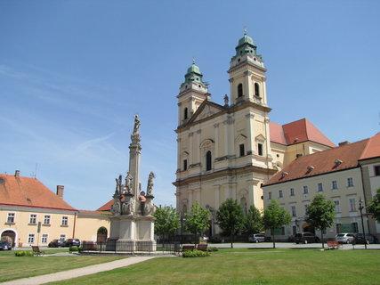 FOTKA - Kostel Nanebevzetí Panny Marie Valtice a Mariánský sloup