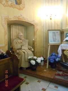 FOTKA - Papež Jan Pavel II. z lipového dřeva v životní velikosti